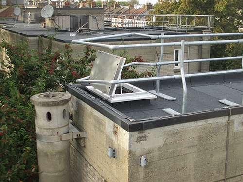 Poor roof hatch guardrail